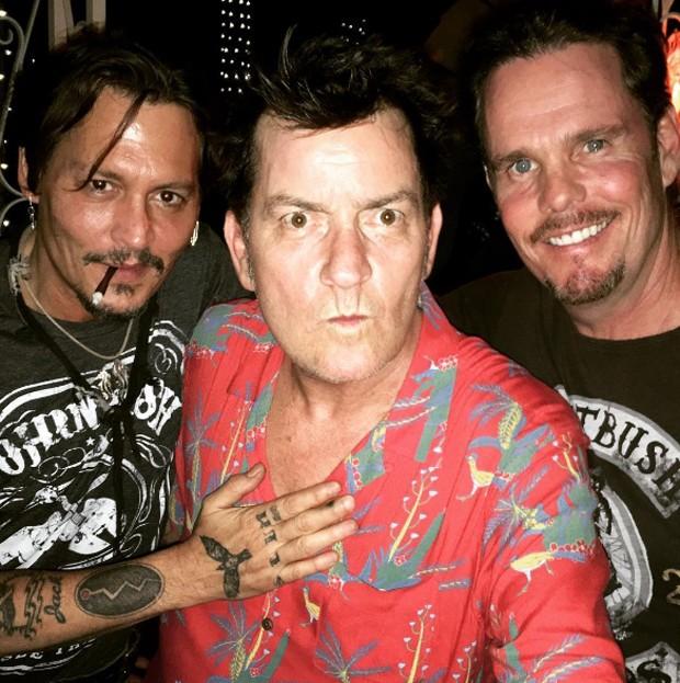 Johnny Depp, Charlie Sheen e Kevin Dillion se reencontram em festa de 30 anos de