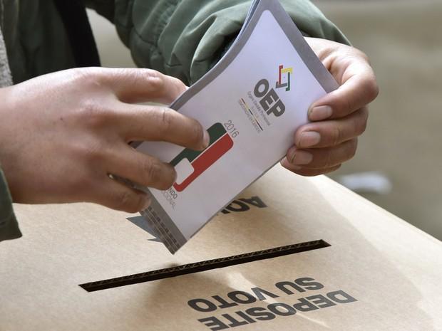Cédula de votação no referendo na Bolívia. Pleito decidirá se atual presidente, Evo Morales, poderá se candidatar ao quarto mandato (Foto: Aizar Raldes / AFP)