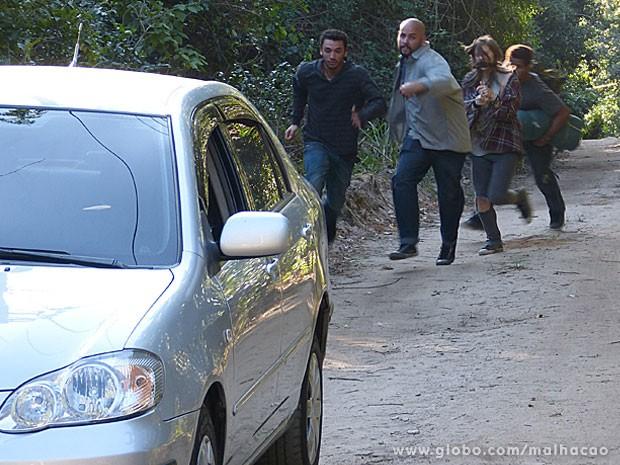 O bonde do mal foge pra não ser pego pela glr. #S0SMarretinha. (Foto: Malhação / TV Globo)