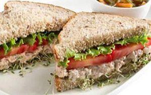 Sanduíche integral com atum e cream cheese