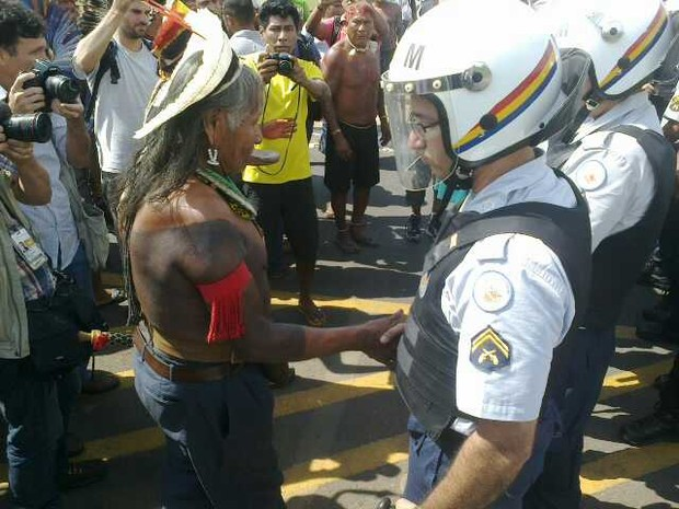 Índio fica frente à frente com policial em manifestação no gramado do Congresso (Foto: Isabella Calzolari)