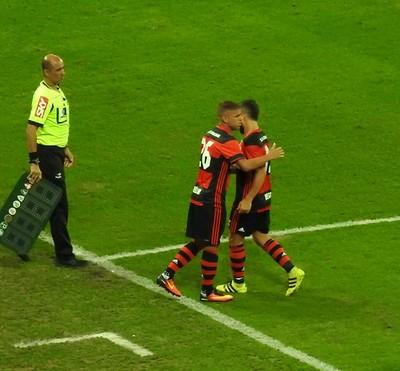 Diego ganha um forte abraço de Cuéllar enquanto absorvia a substituição (Foto: Fred Gomes/GloboEsporte.com)