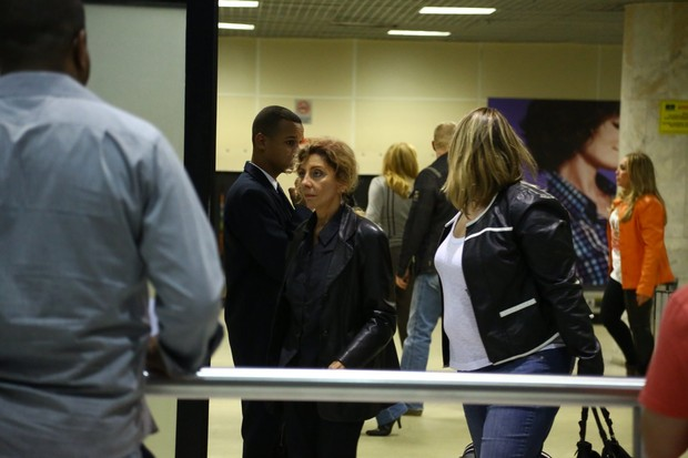 Marília Pêra  em aeroporto no Rio (Foto: Marcello Sá Barreto/ Ag. News)