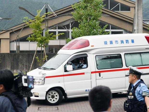 Ambulância é vista chegando ao Tsukui Yamayuri-en, onde um homem atacou pacientes com uma faca na madrugada de terça (26), em Sagamihara, no Japão (Foto: Kyodo News via AP)