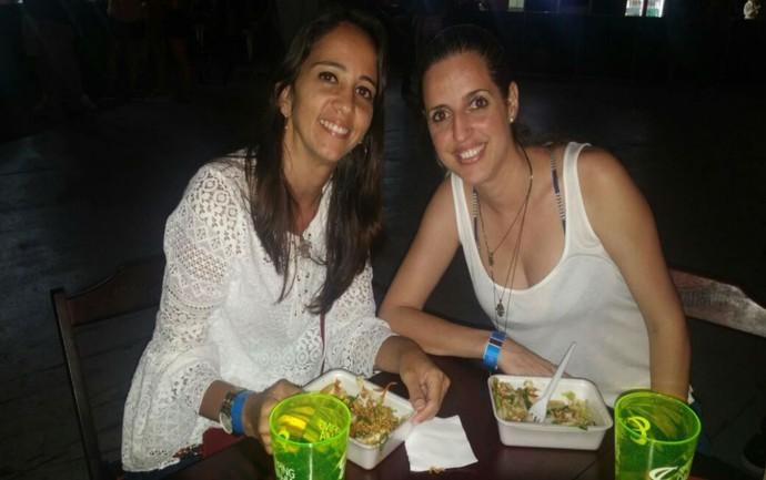 Alessandra e Amanda comem yakissoba para aguentar noite de shows (Foto: Juliana Almirante/ Gshow)
