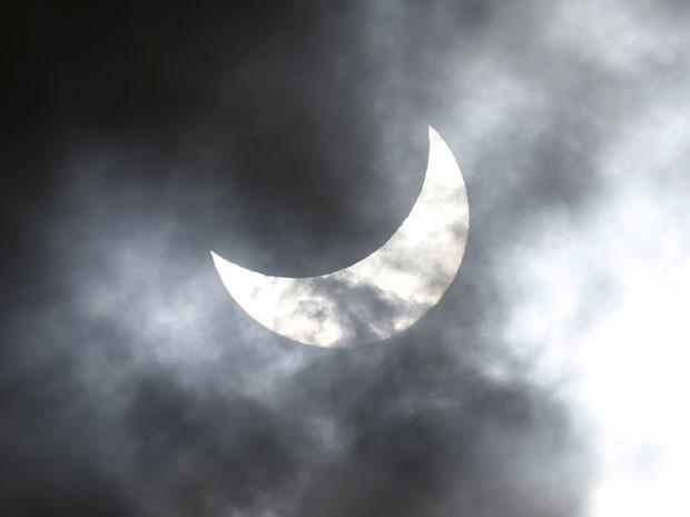 Imagem mostra momento em que Lua entra na frente do Sol, se encaminhando para o eclipse total. (Foto: Greg Wood/AFP)