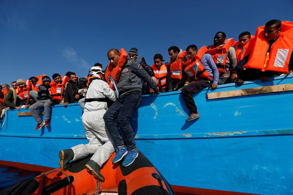 Migrante é resgatado de barco de madeira perto da costa da Líbia em imagem de arquivo (Foto: REUTERS/Darrin Zammit Lupi)
