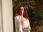 Com look comportado, Viviane Araújo participa de coletiva de novela