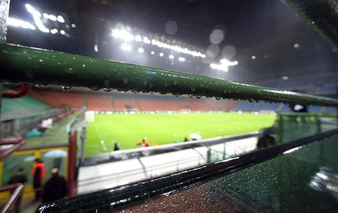 Chuva Estádio San Siro (Foto: Agência EFE)