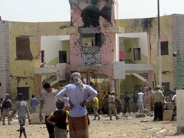 Atentado suicida deixou dezenas de mortos em Áden, no sul do Yêmen   (Foto: Fawaz Salman/ Reuters)