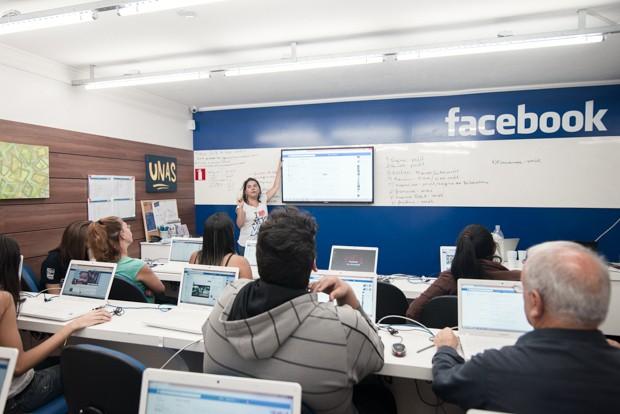 Moradores de Heliópolis assistem a aula de inovação em laboratório do Facebook (Foto: Marcelo Brandt/G1)