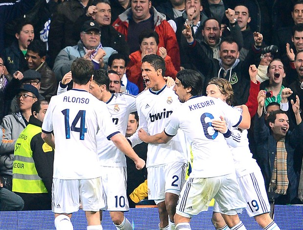 Raphael Varane comemora gol na partida do Real Madrid contra o Barcelona (Foto: AFP)