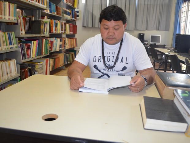 Gasodá teve que deixar a aldeia aos 11 anos para conseguir continuar a formação escolar e agora irá começar o mestrado (Foto: Rogério Aderbal/G1)