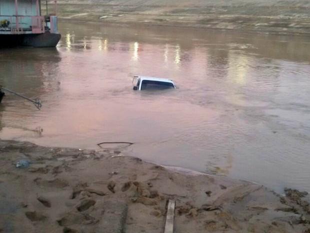 Caminhão estava estacionado no porto da Base em Rio Branco quando caiu no rio  (Foto: Divulgação/Corpo de Bombeiros)