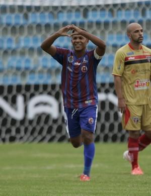 Rafael comemora primeiro gol do Tiradentes na partida (Foto: Bruno Gomes/ Agência Diário)