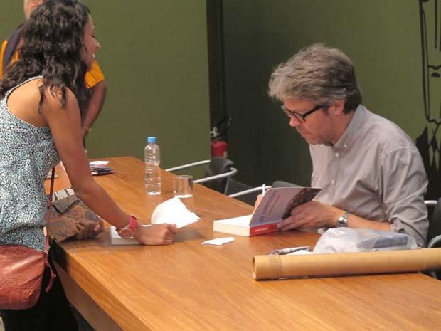 Jonathan Franzen autografa livro após palestra na Flip (Foto: Daniel Buarque/G1)