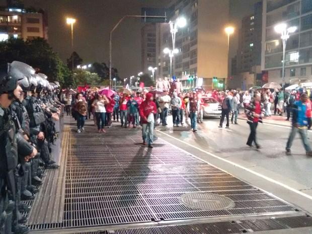Participantes do ato caminham pela Avenida Paulista, acompanhados por policiais. (Foto: Roney Domingos/G1)