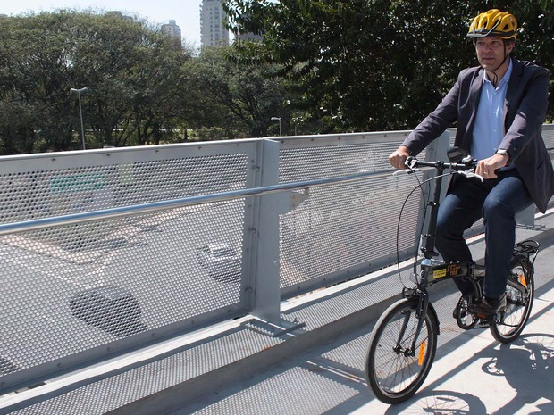 O prefeito de São Paulo, Fernando Haddad, inaugura a Ciclopassarela do Parque do Povo, em São Paulo (Foto: Luiz Claudio Barbosa/Futura Press/Estadão Conteúdo)