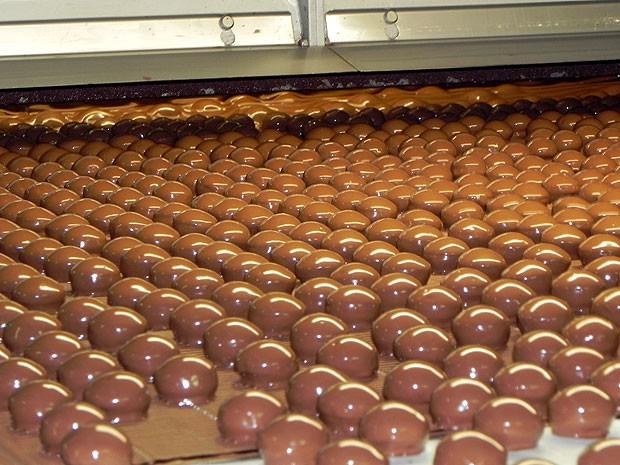 A cobertura de chocolate ao leite fica por cima (Foto: Amanda Monteiro/ G1 ES)