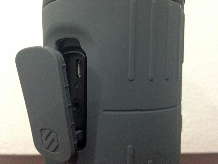 Detalhe das entradas para micro-USB e cabo auxiliar (Foto: Diego Sousa/TechTudo)