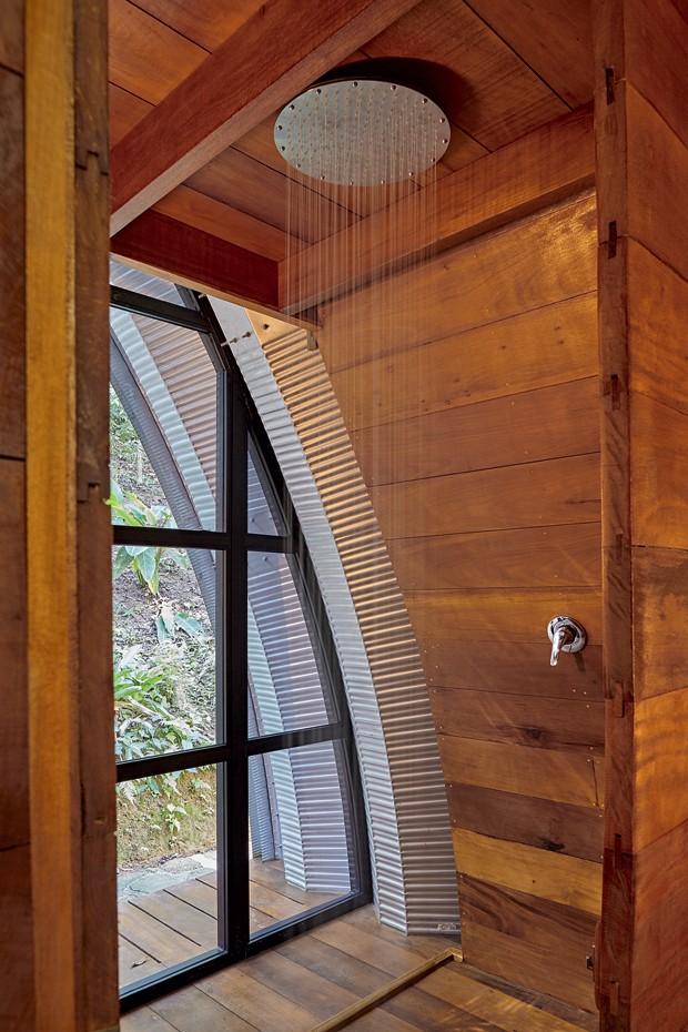 Boxe | A porta na esquadria de alumínio permite o acesso por fora e passar direto pela ducha de 50 cm de diâmetro com monocomando, da Grohe (Foto: Victor Affaro)