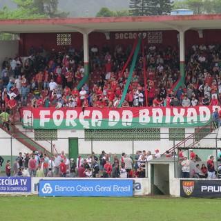 Torcida da Portuguesa Santista no Estádio Ulrico Mursa (Foto: Ivair Vieira Jr)
