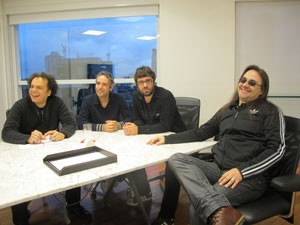 Zé Ricardo, curador do palco Sunset, Felipe Machado, Hugo Mariutti (guitarristas) e Andre Matos durante encontro antes do show do Viper no Rock in Rio 2013 (Foto: Cauê Muraro/G1)