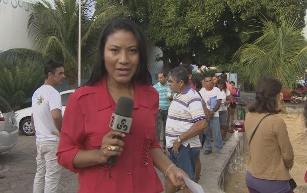Repórter Worchiely ao vivo no setor de marcação de consultas do HCAL (Foto: Reprodução/TV Amapá)
