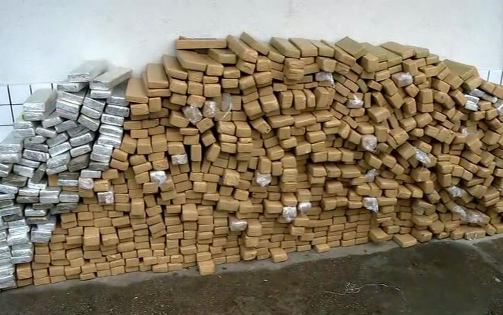 Tijolos de maconha foram apreendidos pela Polícia Rodoviária Federal (Foto: TV Globo/Reprodução)