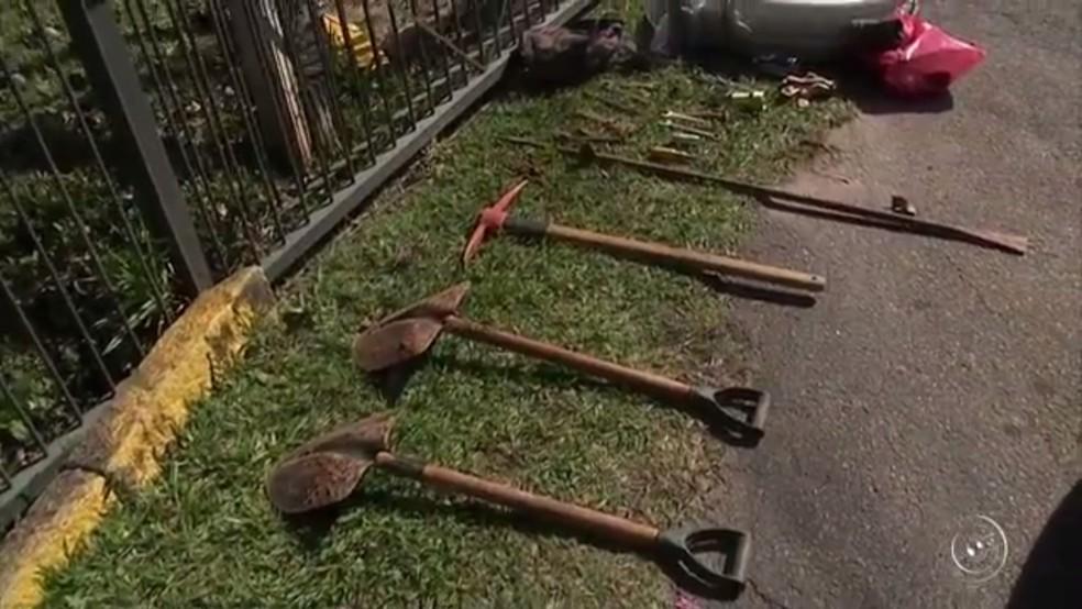 Suspeitos foram detidos com ferramentas que teriam sido usadas no crime em Jarinu (Foto: Reprodução/TV TEM)