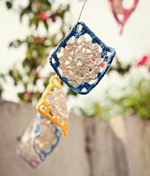 A área externa não pode ser esquecida. Para alegrá-la, faça quadradinhos de crochê e use um fio de barbante para pendurar.  (Foto: Cacá Bratke/Editora Globo)