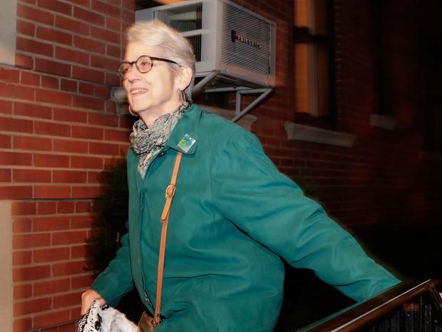 Jessica Leeds, uma das mulheres que acusou Donald Trump de assédio ao jornal 'The New York Times', chega a seu apartamento em Nova York na quarta (12) (Foto: AP Photo/Julie Jacobson)