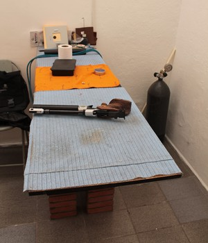 Felipe Wu improvisa estande de tiro no quintal de casa (Foto: Arquivo pessoal)