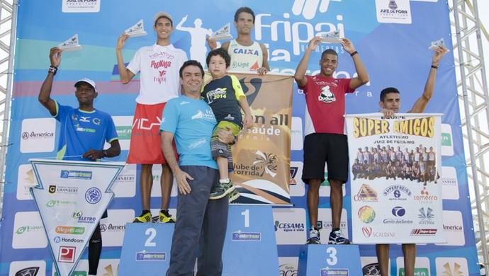 Meia Maratona Juiz de Fora 2014 pódio masculino (Foto: Allison Ferrarezi / Move It Sports )