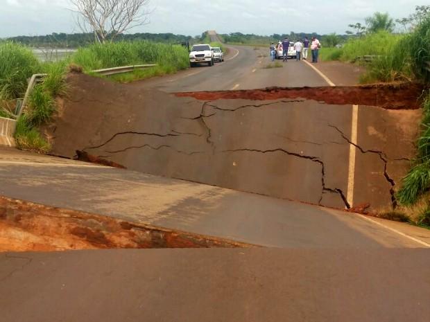 Uma das pontes que liga o Paraná ao Mato Grosso do Sul desabou com o excesso de chuva (Foto: Divulgação/ Polícia Rodoviária Federal)