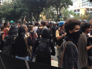 Entre os manifestantes em Copacabana, há mascarados (Foto: Henrique Coelho/G1)