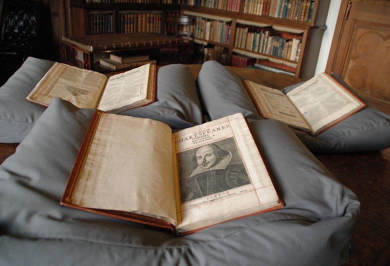 """""""First Folio"""" em três livros, encontrados na Ilha de Bute, na Escócia (Foto: The Independent)"""