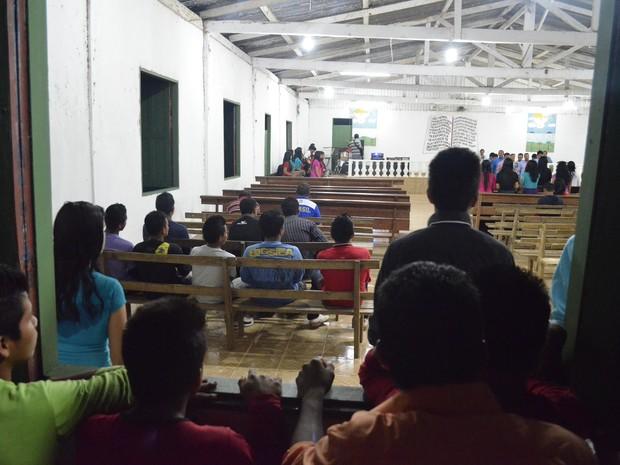 Alguns índios ficam obervando culto do lado de fora da igreja em Kumenê (Foto: Abinoan Santiago/G1)