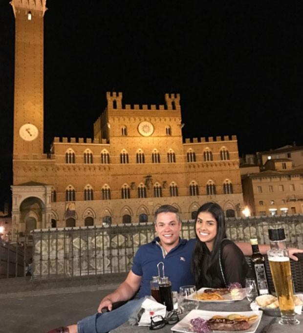 Munik Nunes e o noivo em Siena (Foto: Reprodução)