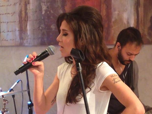 Marjorie Estiano passa o som no palco do Encontro (Foto: Encontro com Fátima Bernardes/TV Globo)