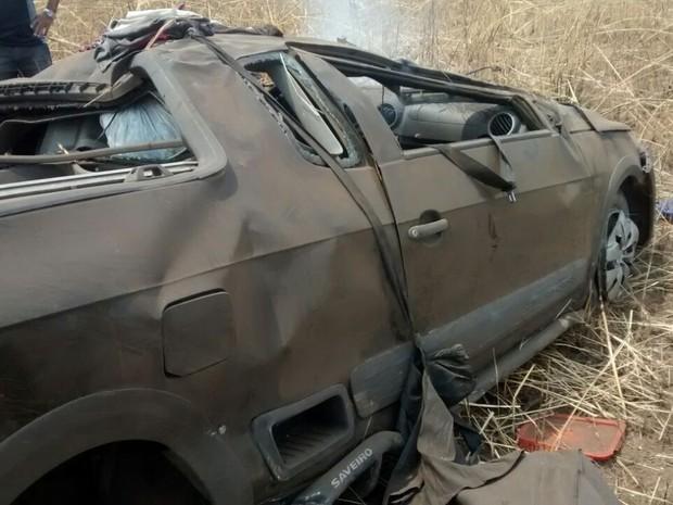 Carro bate em caminhão na BR-153  (Foto: divulgação)