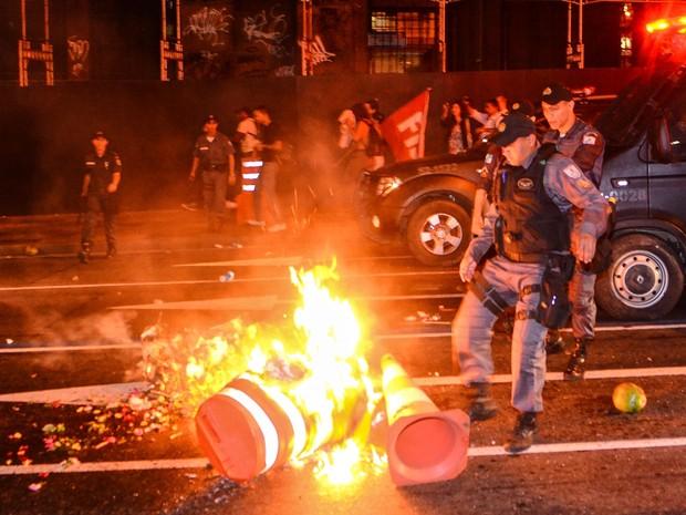 Manifestantes queimaram cones de sinalização durante protesto no Rio (Foto: Marcelo Fonseca/Brazil Photo Press/ Estadão Conteúdo)
