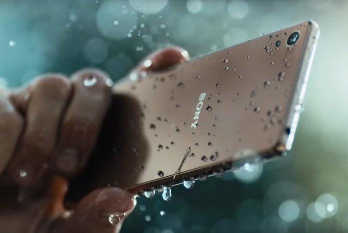 Xperia Z3+ tem material à prova d'água e poeira (Foto: Divulgação)