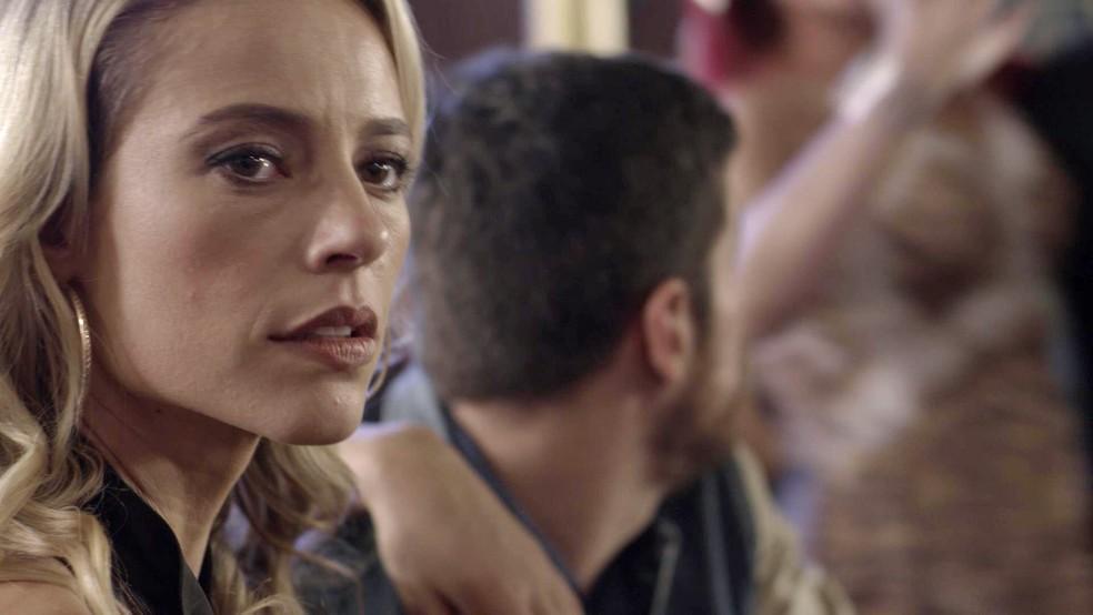 Sabendo que há um mandado de prisão para o maître, Jeiza procura pelo bandido, e Zeca (Marco Pigossi), sem saber de nada, fica incomodado com a postura da noiva (Foto: TV Globo)