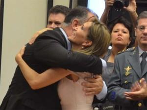 Dárcy Vera abraça o vice-prefeito Marinho Sampaio em cerimônia de posse (Foto: Eduardo Guidini/G1)