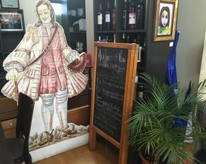 FIgura típica portuguesa em azulejos convida para o prato do dia no Lusofolie's, em Paris (Foto: Felipe Barbalho/GloboEsporte.com)