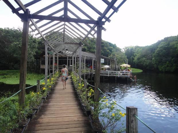 Exótico Restaurante Rio Caraparu fica sobre o rio e ofecere buffet à quilo. (Foto: Thais Rezende/ G1)