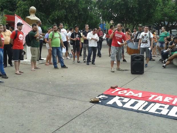Concentração do protesto ocorreu na Praça Alencastro, em frente à Prefeitura de Cuiabá (Foto: André Souza/G1)