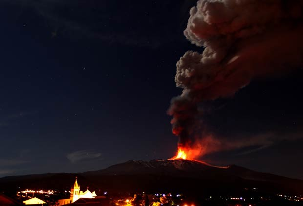 Erupção do Etna é vista de Acireale, na Itália (Foto: Carmelo Imbesi/AP)