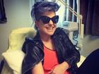 Kelly Osbourne aparece sorridente tomando vitamina na veia em hospital